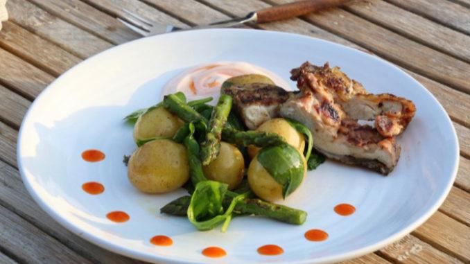 Färskpotatissallad med grillad sparris och kycklinglårfilé