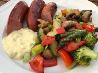 Kryddiga korvar med grillade grönsaker
