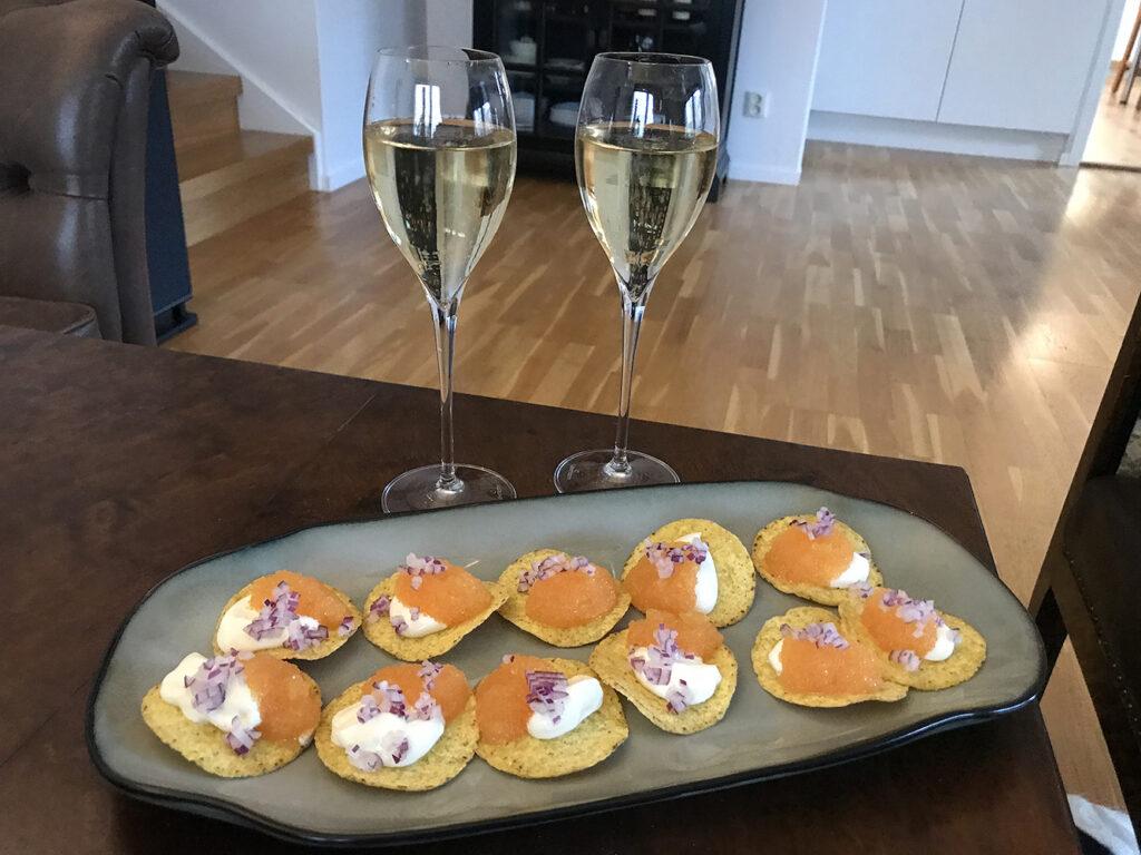Champagne med löjromsnacks i launchen