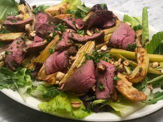 Lammrostbiff med bakad purjolök och rostade hasselnötter