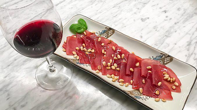 Bresaola med olivolja och rostade pinjenötter -italienska smaker