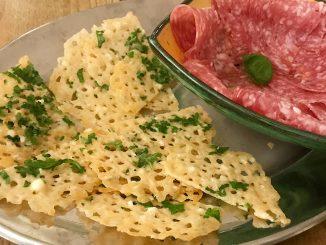 Parmesanchips och italiensk salami -chin chin