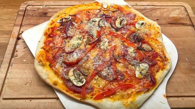 Pizza bakad på pizzasten -för första gången