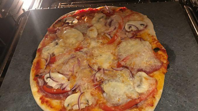 Pizza bakas på pizzasten