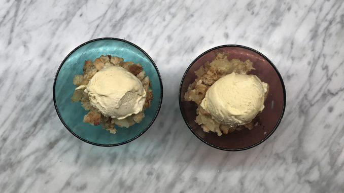 Äppelsmulpaj med vaniljglass