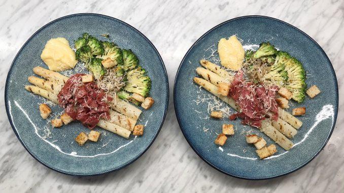 Grillad sparris med broccoli och halstrad salami -klart för servering
