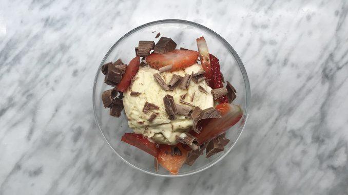 Morsans glass med jordgubbar och flisad mjölkchoklad