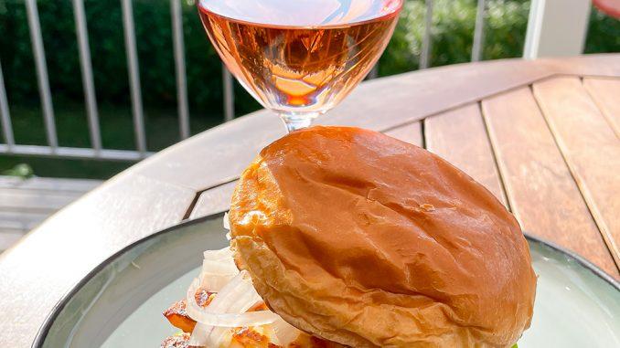 Halloumiburgare och ett glas rosé