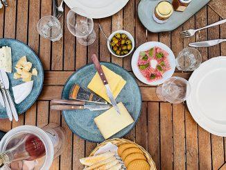 Goda ostar och ett glas Tavel på balkongen