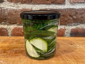 Picklad zucchini med silverlök och persilja