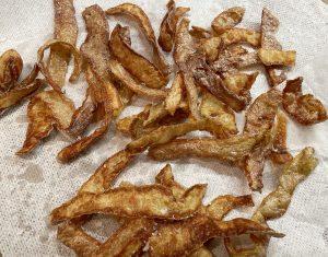 Friterade potatisskal rinner av