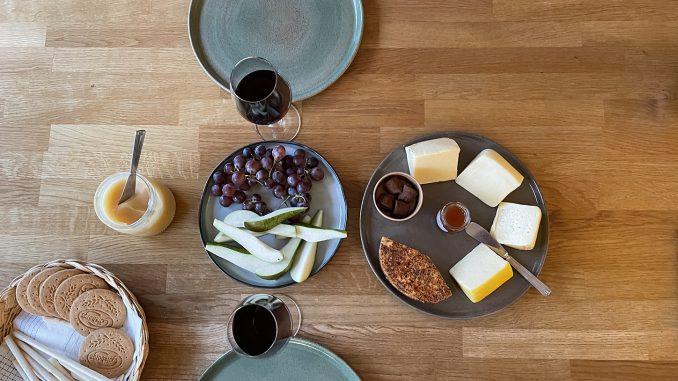 Ostbricka med kex, frukt och vin