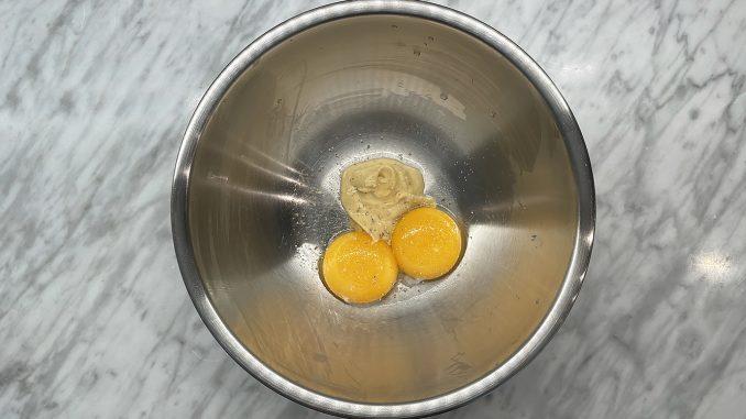 Äggulor, fransk senap, vinäger, salt och vitpeppar